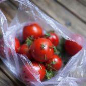 Миниатюра к статье Малосольные помидоры в пакете. Быстрые рецепты за 5 минут