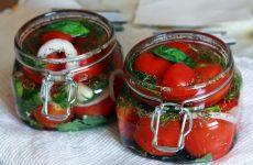 малосольные помидоры с чесноком и зеленью быстрого приготовления
